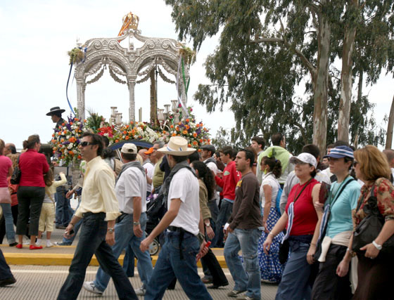 Los rocieros de Huelva se encontraron con la Ría desde la avenida de Correos