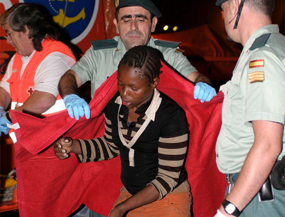 El mar se lleva a 14 inmigrantes tras volcar una patera en Alborán