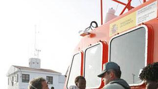 Una patera-cuna en el Puerto de Motril