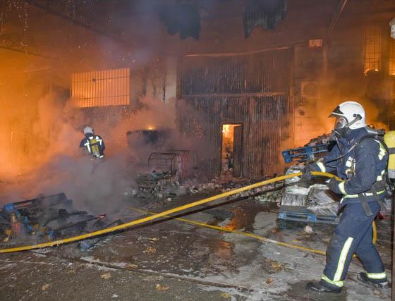 El incendio de Motril acaba con tres naves y afecta a otras dos