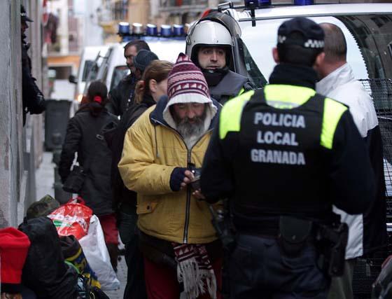 La Policía Local desaloja a 29 personas de un edificio ocupado en el centro de Granada