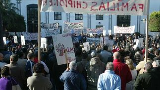 Manifestación por el derribo de una vivienda en Chipiona