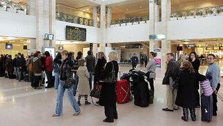 El aeropuerto pierde un 36% de tráfico y queda como en 2004