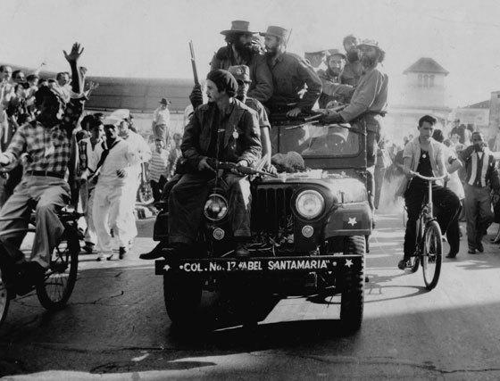 Camilo Cienfuegos (izq) y Fidel Castro (centro) junto a miembros de la guerrilla en su entrada triunfal en  la Habana el 8 de enero de 1959.