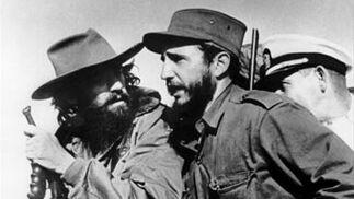 Camilo Cienfuegos (izq) y Fidel Castro (der) entran en la Habana el 8 de enero de 1959.