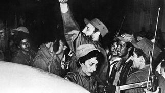 El líder rebelde cubano Fidel Castro (en el centro) junto a su secretaria Celia Sánchez Manduley y miembros de la guerrilla 'Movimiento 26 de Julio' a su entrada en Cienfuegos el 4 de julio de 1959.