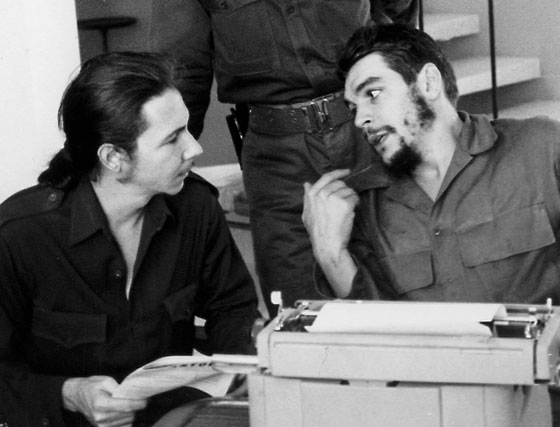 1969. Ernesto Che Guevara (derecha)conversa con Raúl Castro (izquierda).