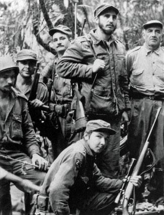 1957. Ernesto Che Guevara (segundo por la izquierda) junto a Fidel Castro (segundo por la derecha) en Sierra Leona. Abajo, Raúl Castro, hermano de Fidel.