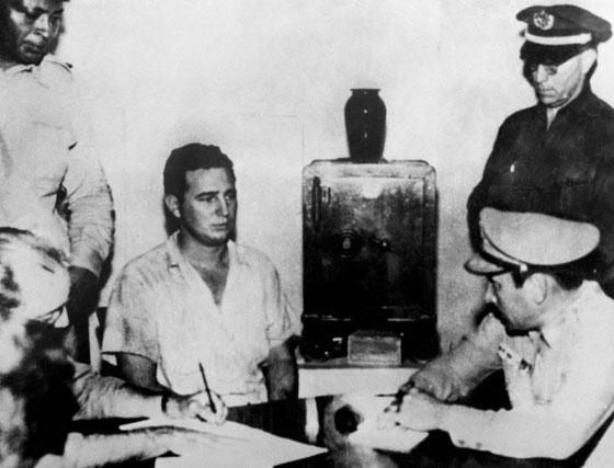 Fidel Castro, segundo por la izquierda, detenido tras el ataque al cuartel de Moncada en julio de 1953.
