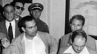 El dictador cubano Fulgencio Batista, a la izquierda, en la base militar Columbia rodeado de sus ayudantes.