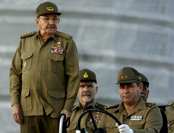 La Habana, 2 de diciembre de 2006. Raúl Castro (izq) actual Presidente y jefe del Ejército cubano durante la celebración del 80 cumpleaños de su hermano Fidel.
