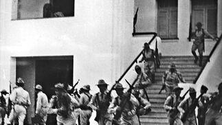 Soldados del ejército del dictador Batista el 26 de julio de 1953 tras el ataque de Fidel Castro al cuartel de Moncada.