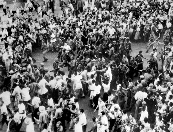 Soldados revolucionarios del 'Movimiento 26 de julio' rodeados por la población de la Habana tras su victoria frente al dictador Batista.