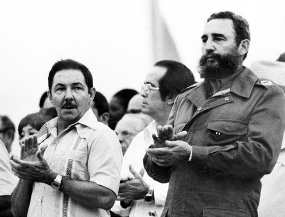 El entoces vicepresidente Raúl Castro (izq) junto a su hermano Fidel (der) en agosto de 1978.