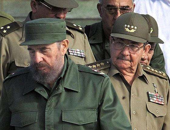 Fidel Castro junto a su hermano el 2 de diciembre de 2001. El 31 de julio de 2006 el líder revolucionario delegará todos los poderes en Raúl.