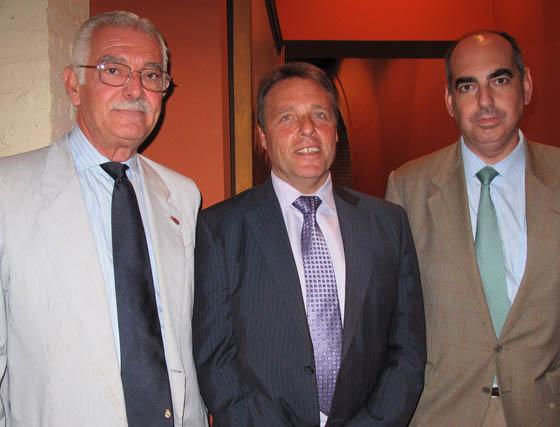 Manuel Vasco, fotógrafo de la Sociedad de Carreras de Caballos de Sanlúcar, con José Chaves y José Antonio Esquinas, de Cruzcampo.  Foto: Victoria Ramírez
