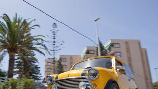 Casi un centenar de vehículos clásicos recorrieron las calles de Motril en la tradicional concentración de coches organizada por el Club de Vehículos Románticos.  Foto: Salvador Rodr?ez