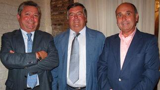 Eduardo Rodríguez, José M. Gutiérrez y Santiago Rodríguez, directivos de la Soc. de Carreras de Caballos de Sanlúcar.    Foto: Victoria Ramírez