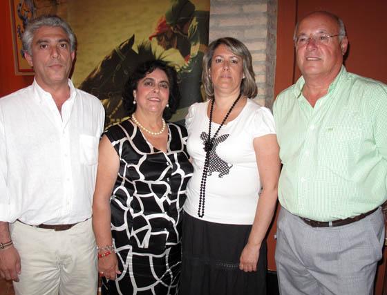 Juan Rosado, Rosario García, María Rosado (Ayuntamiento de Dos Hermanas) y Fernando Fernández (Hipódromo de Dos Hermanas)  Foto: Victoria Ramírez