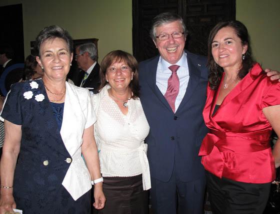 Eutropio García Xarrié (Cecofar), Premio a la Mejor Labor Profesional Farmacéutica, con las farmaceúticas María San Blas, Andrea Rosa Bozada, y Lola del Hoyo (Cecofar).  Foto: Victoria Ramírez