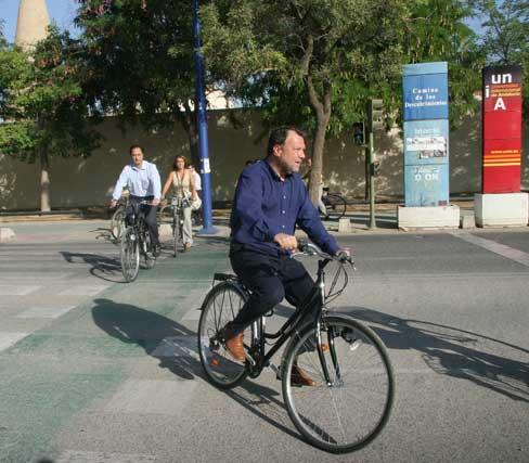 Monteseirín precede a Gómez Celis y Encarnación Martínez en el carril bici de la Cartuja.  Foto: Belén Vargas
