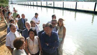 El alcalde, con Pérez Saldaña (Cartuja 93) y la representación municipal en las plataformas flotantes.  Foto: Belén Vargas