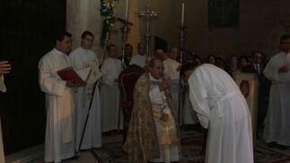 Bendición de Juan José Asenjo a uno de los clérigos  Foto: Rafael Salido