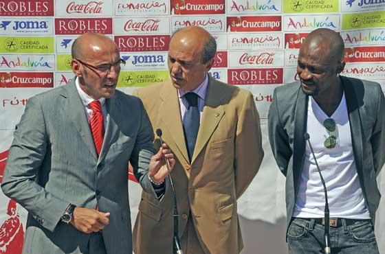 Monchi se dirige a los medios junto a Del Nido y Zokora.  Foto: Antonio Pizarro
