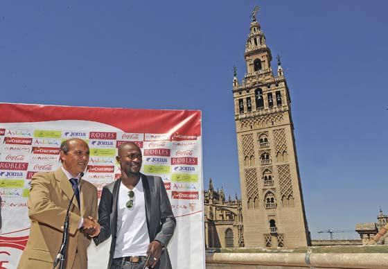 Del Nido y Zokora se dan la mano en la terraza del hotel Doña María.  Foto: Antonio Pizarro