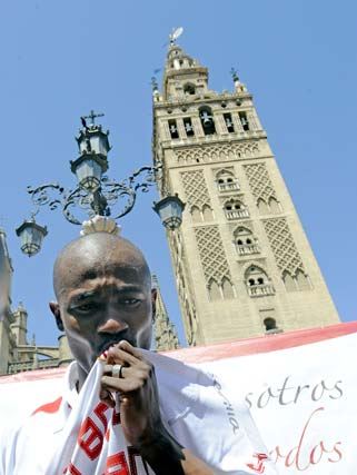 Zokora besa el escudo.  Foto: Antonio Pizarro