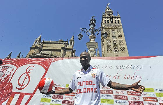 Zokora, con la camiseta del Sevilla.  Foto: Antonio Pizarro