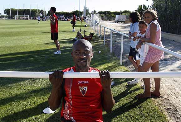 Zokora, en su primer entrenamiento con el Sevilla.