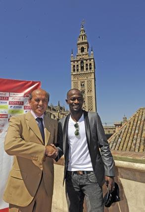 El presidente y el centrocampista costamarfileño posan ante la Giralda.  Foto: Antonio Pizarro