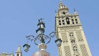 El marfileño señala el escudo del Sevilla.  Foto: Antonio Pizarro