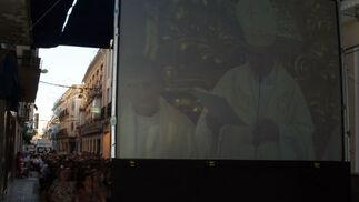 Cuatro pantallas permitieron a los montillanos que no pudieron entrar a la iglesia contemplar la ceremonia.  Foto: Rafael Salido