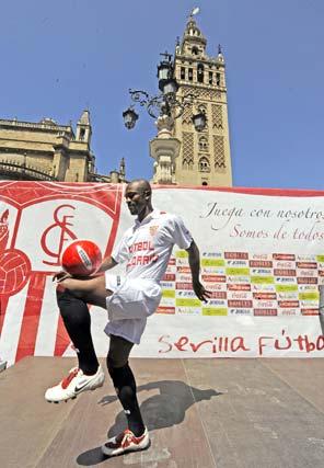 El sevillista toca la pelota en la terraza del Doña María.  Foto: Antonio Pizarro