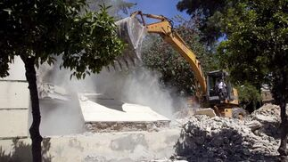 Una máquina derriba el muro principal que rodea los Jardines del Valle  Foto: Jaime Martínez