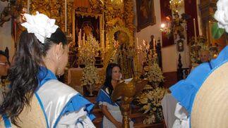 La salineras de la Feria de San Fernando, durante las tradicionales ofrendas que realizaron a la Patrona en la función religiosa./Javier González