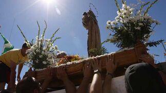 Momento en el que la imagen de la Virgen es colocada en la embarcación en la que realizó la travesía en Chiclana./Sonia Ramos