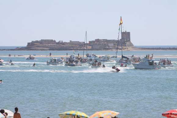 Vista de las embarcaciones que acompañaron a la Virgen, por aguas de Sancti Petri./Jessica González