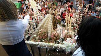 Un instante de la procesión por la barriada de Los Milagros./J. D. Corzo
