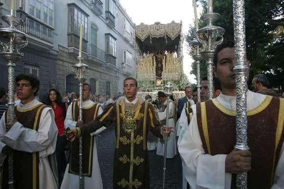Los monaguiilos de la procesión del Carmen en Cádiz visitieron hábito teresiano./Jesús Marín