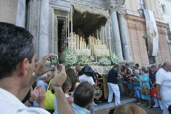 El paso de la virgen, a la salida del templo./Jesús Marín