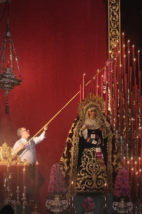 Empezando a encender el altar.  Foto: A.S.Carrasco