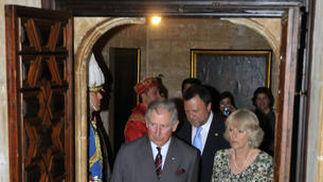 Carlos y Camilla llegan al Ayuntamiento, seguidos del alcalde de Sevilla, Alfredo Sánchez Monteseirín.  Foto: Julio Muñoz (EFE)