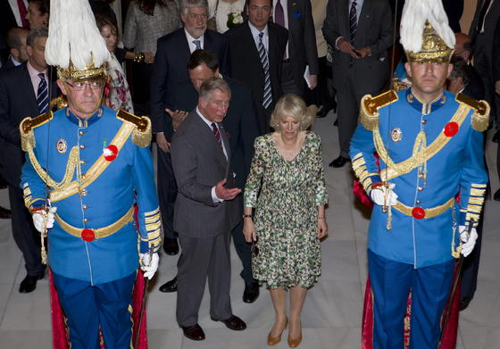 Carlos y Camilla, precididos de la Guardia Real.  Foto: Julio Muñoz (EFE)