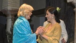 La Duquesa de Cornualles se prueba un mantón azul mientras conversa con la bailaroa Susana Casas.  Foto: Juan Ferreras (EFE)