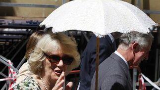 La Duquesa de Cornualles, sombrilla en mano para soportar las altas temperaturas sevillanas, saluda a los curiosos agolpados a su paso.  Foto: José Ángel García