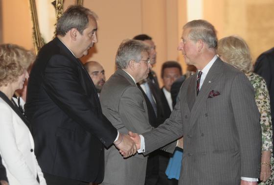 El Príncipe Carlos de Inglaterra saluda al delegado de Movilidad en el Ayuntamiento, Francisco Fernández.  Foto: Belén Bargas