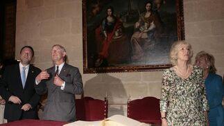 Monteseirín y el Príncipe Carlos contemplan la belleza de uno de los techos de la Casa Consistorial.  Foto: Belén Bargas